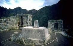06 INTIHUATANA - MACHU PICCHU - La intihuatana es considerada una construcción religiosa del Imperio incaico. Es una escultura monolítica labrada en piedra granítica, de dimensiones de 1 a 2 metros de altura y 2 metros de diámetro. Su forma parte de una base con distintos niveles y en la parte superior se eleva un saliente de aspecto cúbico donde 4 de sus caras indican a una de las principales direcciones geográficas: norte, este, sur y oeste.